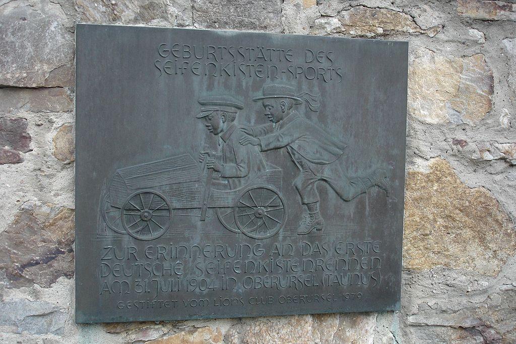 Gedenktafel Seifenkistenrennen am Vortaunusmuseum Oberursel (Bild: Dontworry, Wikimedia, GNU)