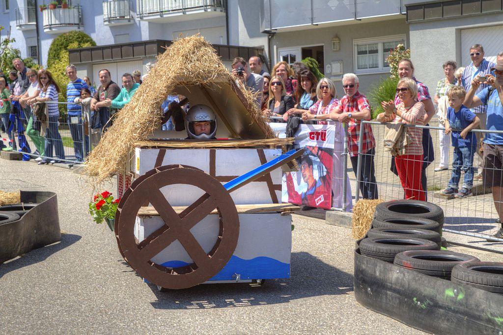 Eine Seifenkiste beim Völkersbacher Brunnenfest. (Bild: Martin Dürrschnabel, Wikimedia, CC)