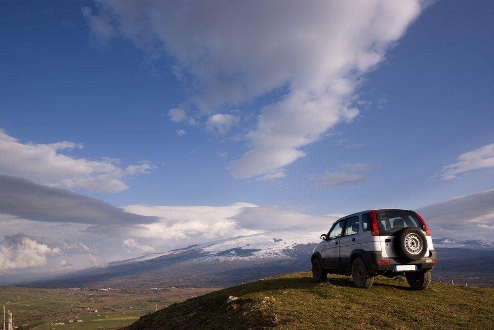 Es gibt auch SUV-Fahrer, die diese Fahrzeugklasse wegen ihrer Vorzüge bevorzugen. (Bild: ollirg / Shutterstock.com)