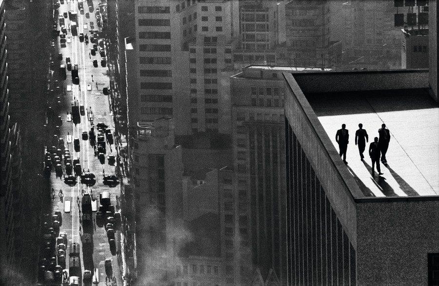"""René Burri: Eines seiner bekanntesten Fotos ist """"Men on a Rooftop in São Paulo"""". (Bild: © bilderhalle.ch)"""