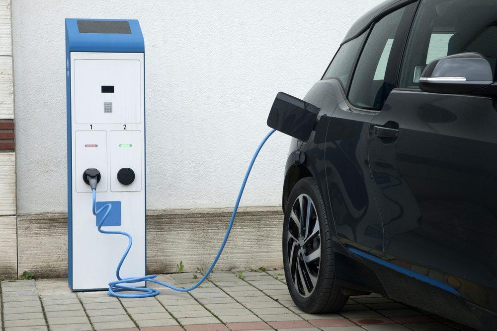 Wer über ein elektrisch betriebenes Automobil nachdenkt, der denkt zuerst an den Verzicht auf teure fossile Kraftstoffe. (Bild: © otomobil - shutterstock.com)