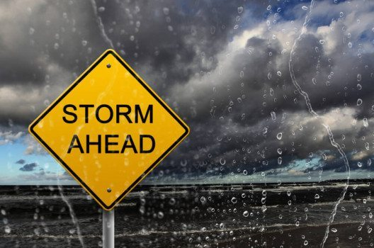 Starke Winde machen Autofahren unberechenbar. (Bild: Sergey Nivens / Shutterstock.com)