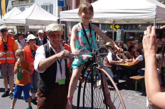 Viele Kids am O iO – sie dürfen sich auch mal auf ein Hochrad setzen und haben dabei grossen Spass. (Bild: www.O-iO.ch)