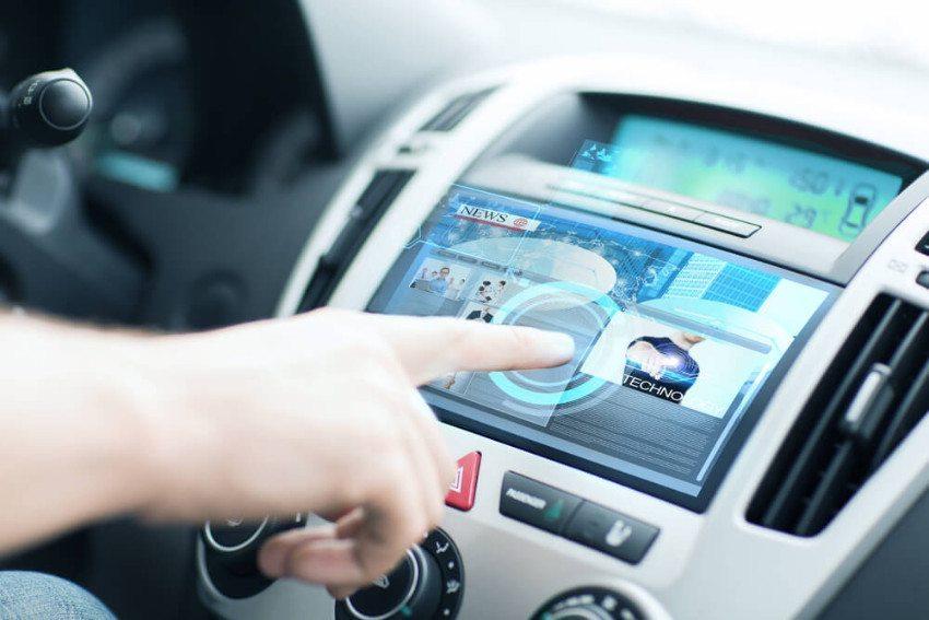 Elektronik im Auto erweitert das traditionelle Berufsbild des Automechanikers. (Bild: © Syda Productions - shutterstock.com)