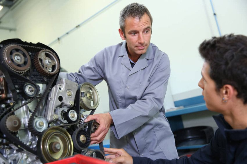 Lastwagenmechanikern stehen interessante Weiterbildungen offen. (Bild: © Goodluz - shutterstock.com)