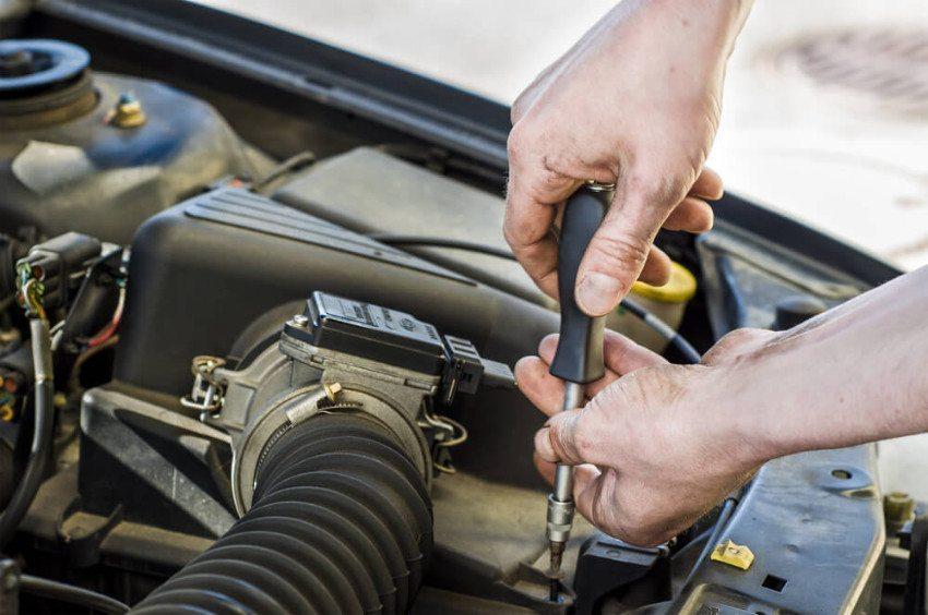 Vielfältige Aufgaben kennzeichnen den Beruf des Fahrzeugschlossers. (Bild: © Simon Zenger - shutterstock.com)