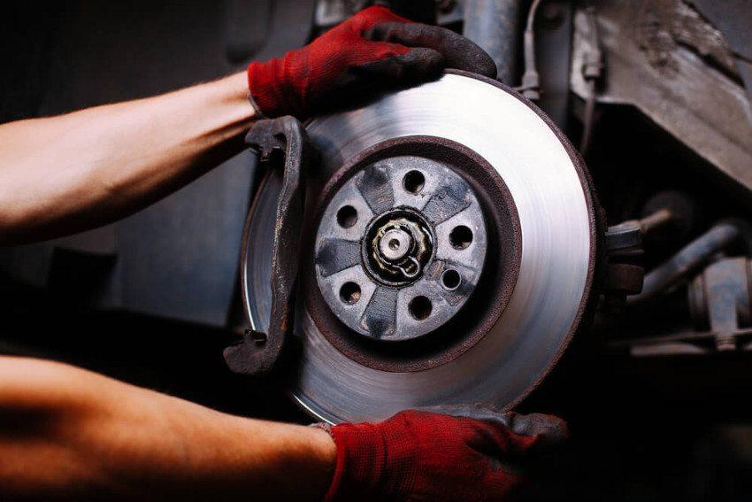 Bremsen reparieren - eine traditionelle Aufgabe des Automechanikers. (Bild: © baranq - shutterstock.com)
