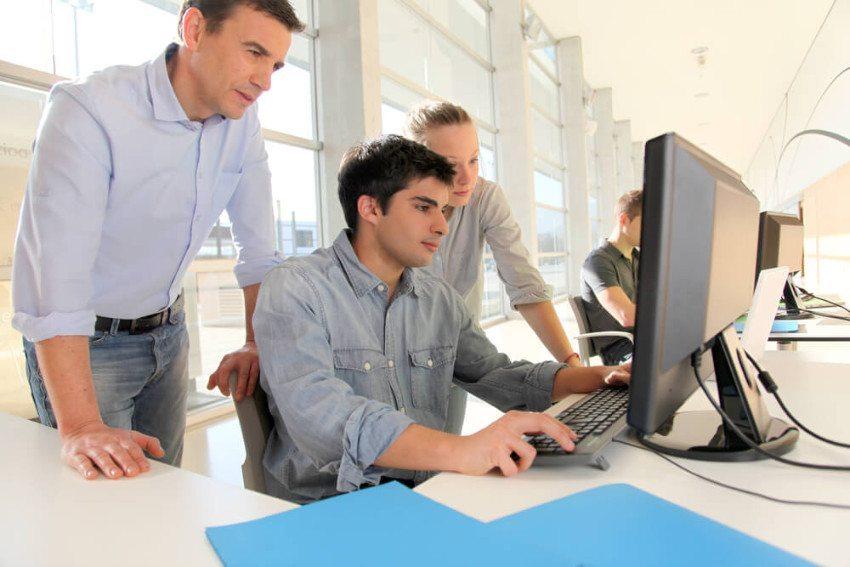 Ein Automechatroniker muss auch Kenntnisse in Informatik haben. (Bild: © Goodluz - shutterstock.com)