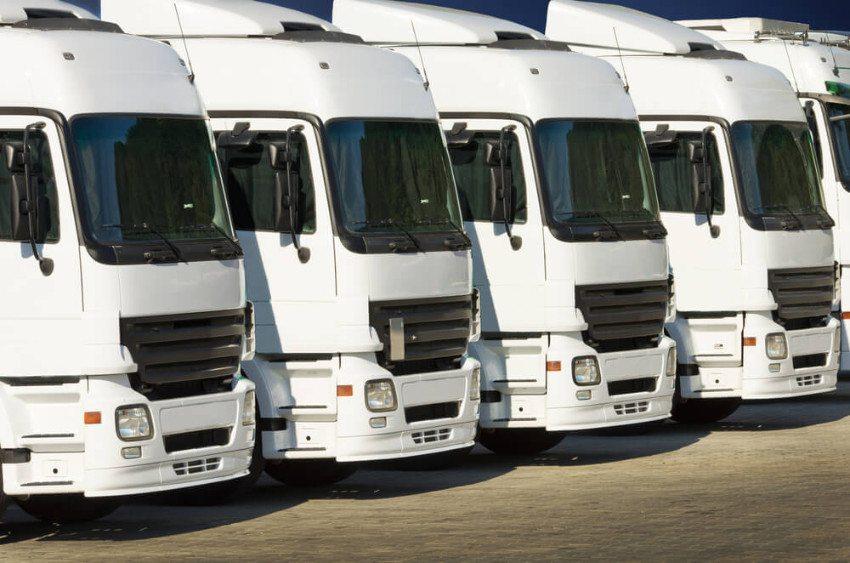Ein Lastwagenmechaniker lernt eine Vielzahl an Herstellern und Baureihen kennen. (Bild: © Budimir Jevtic - shutterstock.com)