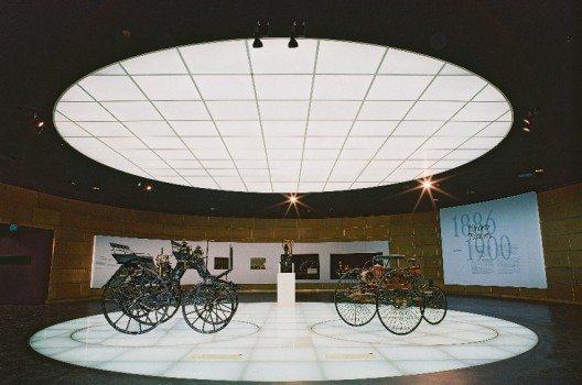 Hier stehen die ersten beiden Exponate von Gottlieb Daimler und Carl Benz.