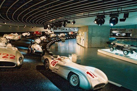 Auf welchem Weg du dich auch durch das Mercedes-Benz Museum bewegst, du kommst am Schluss immer an einer spektakulären Steilkurve an.