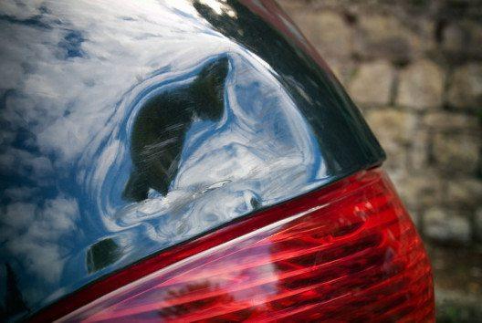 Dellen und Beulen am Auto sind immer sehr ärgerlich. (Bild: Sinisa Botas – shutterstock.com)