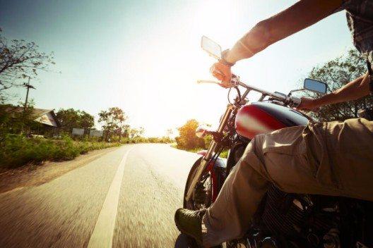 Das Cruisen mit einem Motorrad auf endlosen Landstrassen hatte schon immer den Ruf, Freiheit und Abenteuer zu symbolisieren. (Bild: © Dudarev Mikhail - shutterstock.com)