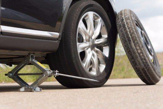 Wagenheber, Ersatzrad und Werkzeug sollten griffbereit liegen (Bild: © Viacheslav Nikolaenko - shutterstock.com)