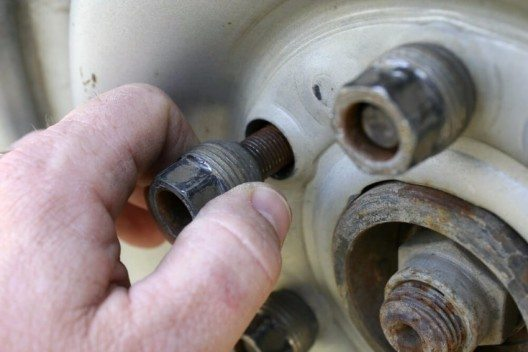 Das Reserverad aufsetzen und alle Radmuttern zunächst mit der Hand aufschrauben (Bild: © Dewitt - shutterstock.com)