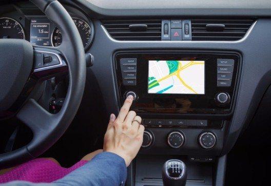 Ein typisches Infotainmentsystem mit Navigationssystem, Fernsprechanlage, Radio, u. v. m. (Bild: © Kaspars Grinvalds - shutterstock.com)