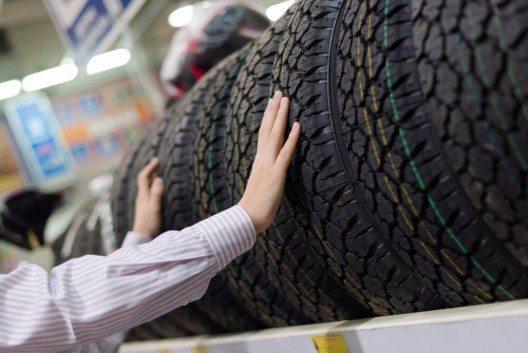 Wichtig ist auch die Überprüfung des Herstellungsdatums der Reifen. (Bild: © Olga Rosi - shutterstock.com)