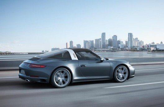 Mit seinem individuellen Design setzt sich der neue 911 Targa weiterhin deutlich von Coupé und Cabriolet ab.