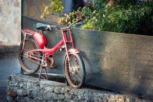 In den Städten und auf dem Land haben junge Leute die Vorteile des Mofas wiederentdeckt. (Bild: PLRANG ART / Shutterstock.com)