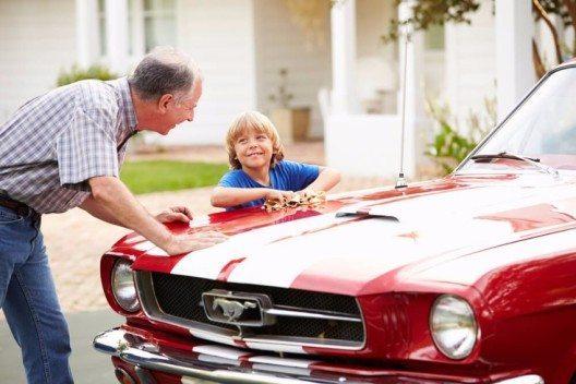 Einige Versicherungen berechnen identische Prämien für einen 70-jährigen und einen 35-jährigen Lenker (Bild: © Monkey Business Images - shutterstock.com)