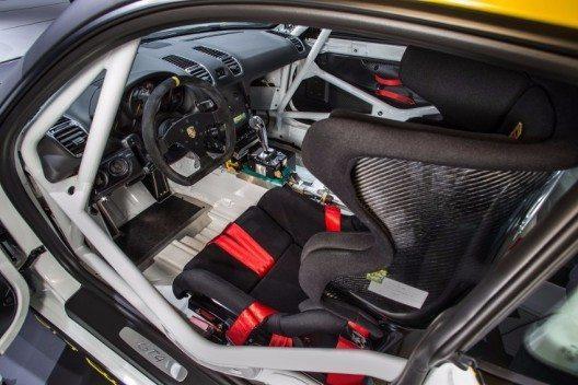 Der 3,8-Liter grossen Sechszylinder-Boxermotor ist direkt hinter dem Fahrersitz platziert.