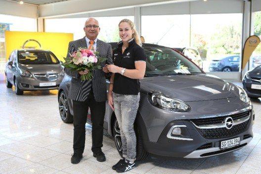 Die Weltklasse-Turnerin Giulia Steingruber durfte von Opel Suisse und Ernst Hess ihren neuen Opel ADAM ROCKS S in Empfang nehmen.