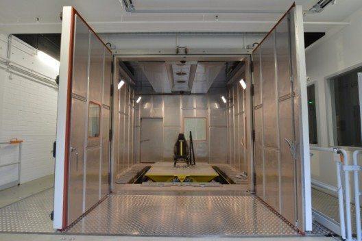 Der neue sechs-axiale Schwingprüfer von Johnson Controls ist komplett in eine Klimakammer verbaut, die Temperaturen zwischen -40 und +100 Grad Celsius ermöglicht.