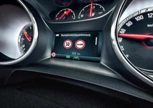 Aufblinkende LED-Signale warenen den Fahrer vor zu geringem Abstand zum vorausfahrenden Fahrzeug.