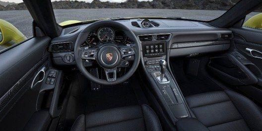 Schweizer Kunden profitieren im Porsche Swiss Package von einer Garantieverlängerung.