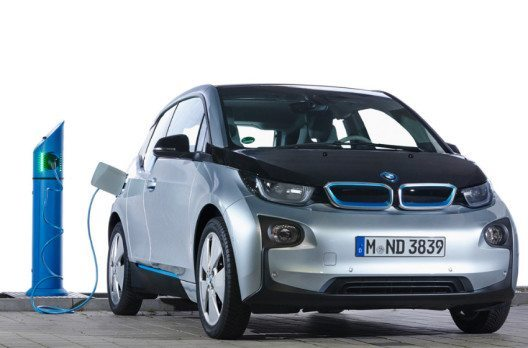 Passt überall dran: Der BMW i3 ist kompatibel mit allen gängigen Ladesäulen weltweit. (Bild: BMW Group)
