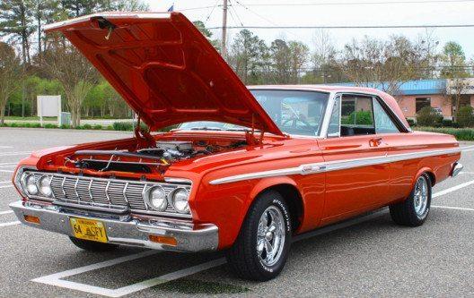 So ähnlich sah der 58er Plymouth Fury aus dem Film Christine aus – im Bild ein 1964er Baujahr. (Bild: © Barry Blackburn – shutterstock.com)