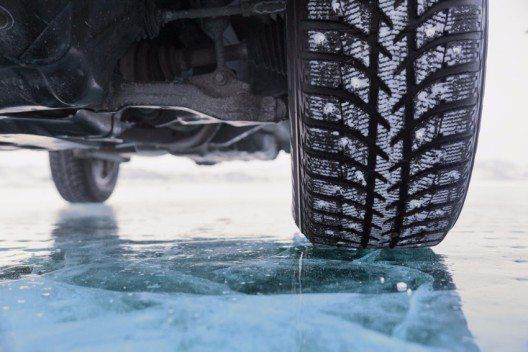 TCS empfiehlt, rechtzeitig auf Winterreifen umzustellen. (Bild: Albina Tiplyashina – shutterstock.com)