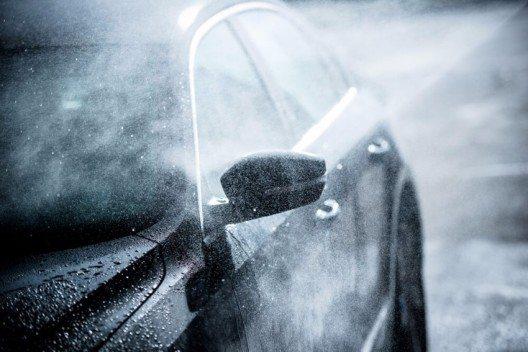 Wem seine Karosserie lieb ist, muss gerade im Winter regelmässig an die Fahrzeugpflege denken. (Bild: © welcomia - shutterstock.com)