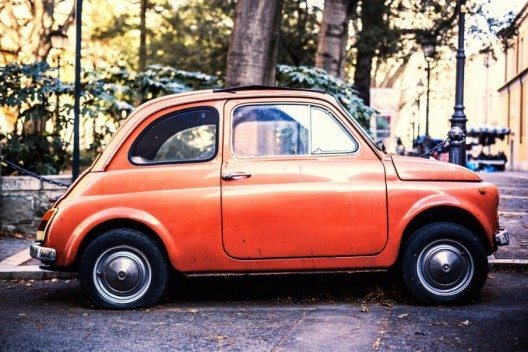 Als einer der beliebtesten Kleinwagen aus dem Hause Fiat reicht die Bezeichnung als Fiat 500 bereits in die 1930er Jahre zurück. (Bild: © OFFFSTOCK - shutterstock.com)