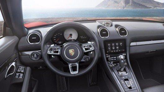 Serienmässig sind die 718-Modelle mit einem Sechsgang-Schaltgetriebe ausgerüstet.
