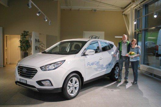Hans Jörg Häfliger und Rosmarie Müller übernehmen in der Garage Marti, Niedergösgen, als erste Schweizer Privatkunden die Schlüssel ihres neuen Hyundai ix35 Fuel Cell.