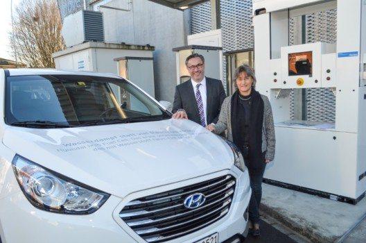 Dr. Brigitte Buchmann, Abteilungsleiterin Mobilität, Energie und Umwelt EMPA Dübendorf, überreicht Diego Battiston, Managing Director von Hyundai Suisse, die Bestellung für den neuen Hyundai ix35 Fuel Cell.