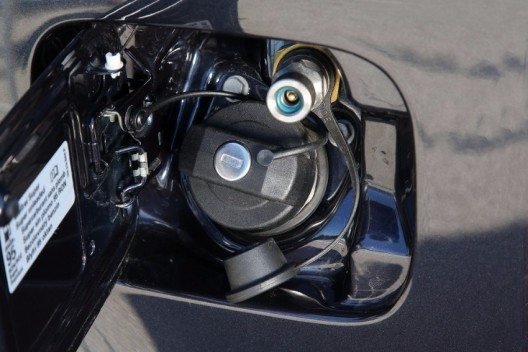 Caddy TGI BlueMotion: Hinter der Tankklappe verbergen sich die Einfüllstutzen für Benzin und Erdgas.