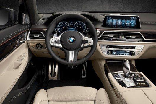 Das prestigeträchtige Topmodell der soeben gestarteten BMW 7er Reihe unterstreicht mit seinem M Performance TwinPower Turbo Zwölfzylinder-Benzinmotor die Spitzenstellung innerhalb der Baureihe.