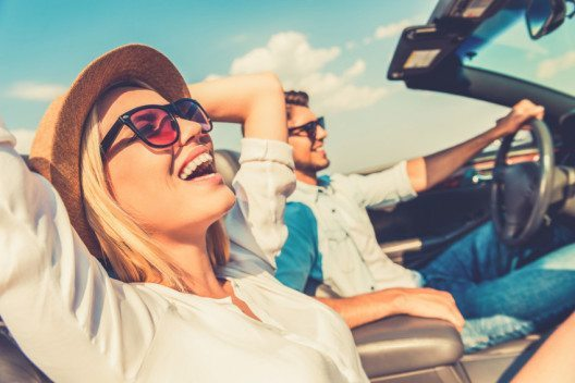Junge Menschen verbinden Autofahren mit dem Gefühl von Freiheit und Unabhängigkeit. (Bild: gstockstudio – Fotolia.com)