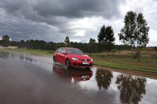 In Fahrversuchen auf verschiedenen Testgeländen auf trockenem oder nassem Strassenbelag wurde das reifenspezifische Fahrverhalten ermittelt. (Bild: © obs/Touring Club Schweiz/Suisse/Svizzero – TCS)