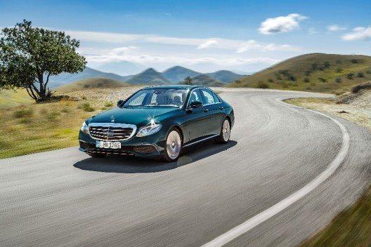 E 350 e, EXCLUSIVE, kallaitgrün, Leder sattelbraun/macciato (© Mercedes-Benz Schweiz AG, Daimler AG - Global Com.)