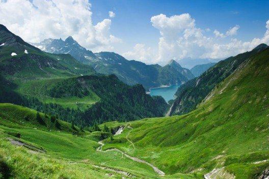 Die wunderbare Aussicht ins Bleniotal. (Bild: © Peter Wey - shutterstock.com)