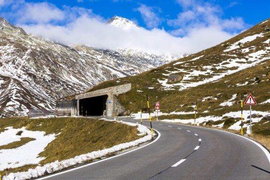 Die Strecke bis zum Lukmanierpass ist auch für den eher ungeübten Biker kein Problem, denn es finden sich nur sanfte Kurven. (Bild: © Stefan Schurr - shutterstock.com)