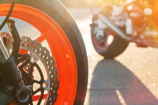 Unter Umständen lebenswichtig zum Start in die Bikersaison ist die Überprüfung der Bremsanlage. (Bild: © TorriPhoto - shutterstock.com)