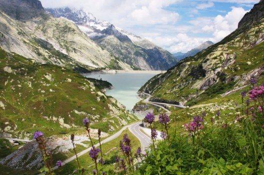 Das erwartet einen passionierten Biker in der Schweiz! (Bild: © Dan Breckwoldt - shutterstock.com)