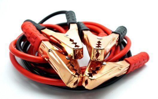 Ein Starthilfekabel leistet wertvolle Dienste. (Bild: Nickeline – Shutterstock.com)