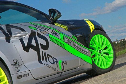OEM-Mustang-Alufelgen erstrahlen in Neon-Grün an der Vorder- und Neon-Gelb an der Hinterachse. (Bild: WRAPworks)