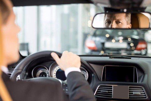 Aufmerksam unterwegs für weniger Unfälle. (Bild: © g-stockstudio – Shutterstock.com)