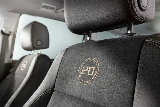 Zum 20-jährigen Jubiläum wurden die Rückenlehnen der Sport-Vordersitze mit Massagefunktion ausgestattet und mit gestickten Logos versehen. (Bild: SEAT)